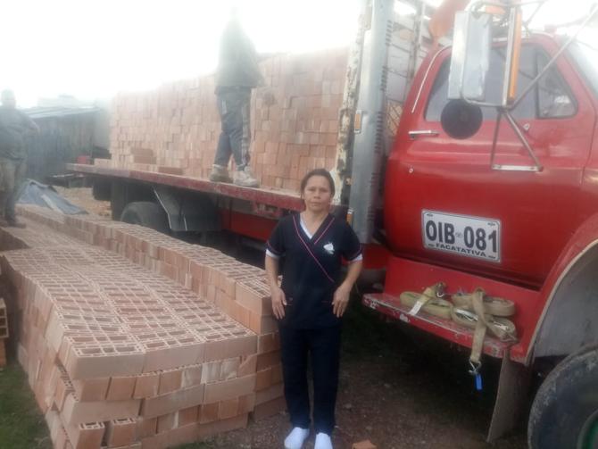 Doña Lucero Mora recibe el material donado por el Grupo Ladrillo Verde