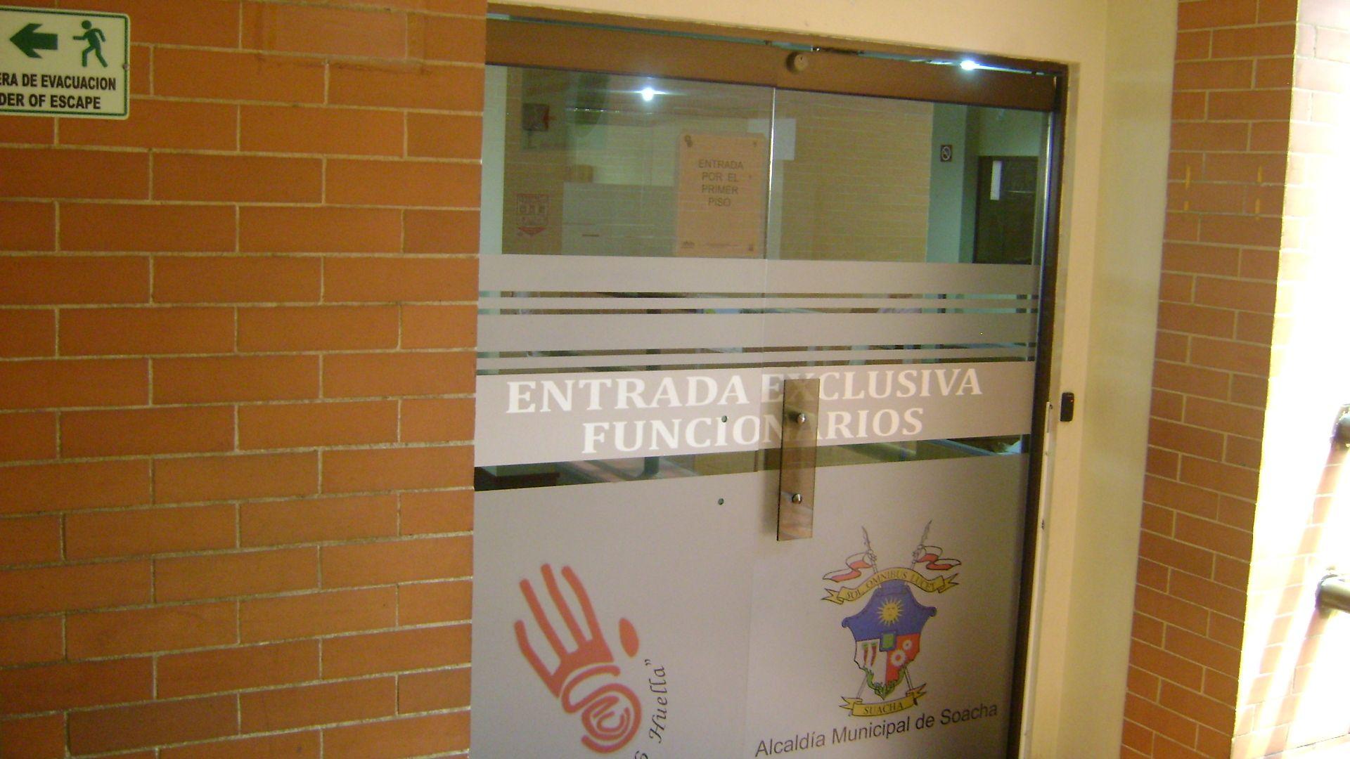 Las instalaciones diseñadas para la Biblioteca Municipal y la Hemeroteca, fueron tomadas para acomodar la exagera nómina de funcionarios de la Secretaria de Educación.