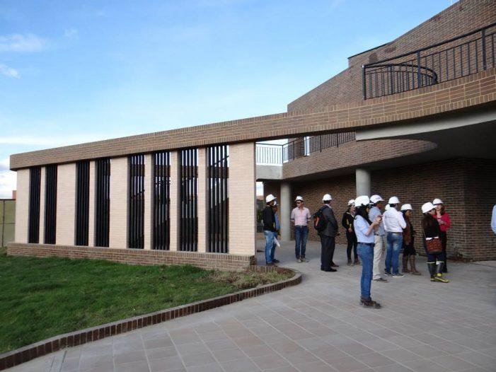 ¿Quién escoge el nombre de los colegios públicos en Soacha?