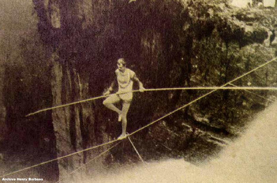 Imagen histórica del volatinero Harry Warner cruzando sobre la cuerda floja el Salto del Tequendama. Noviembre 17 de 1895. Fotografía de Henry Duperly, copia en albúmina.