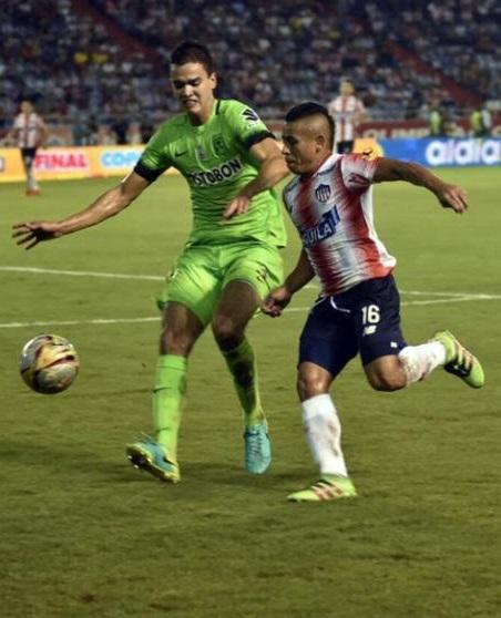 Felipe Aguilar del Atlético Nacional disputa un balón con el ágil delantero del Junio, Vladimir Hernández.