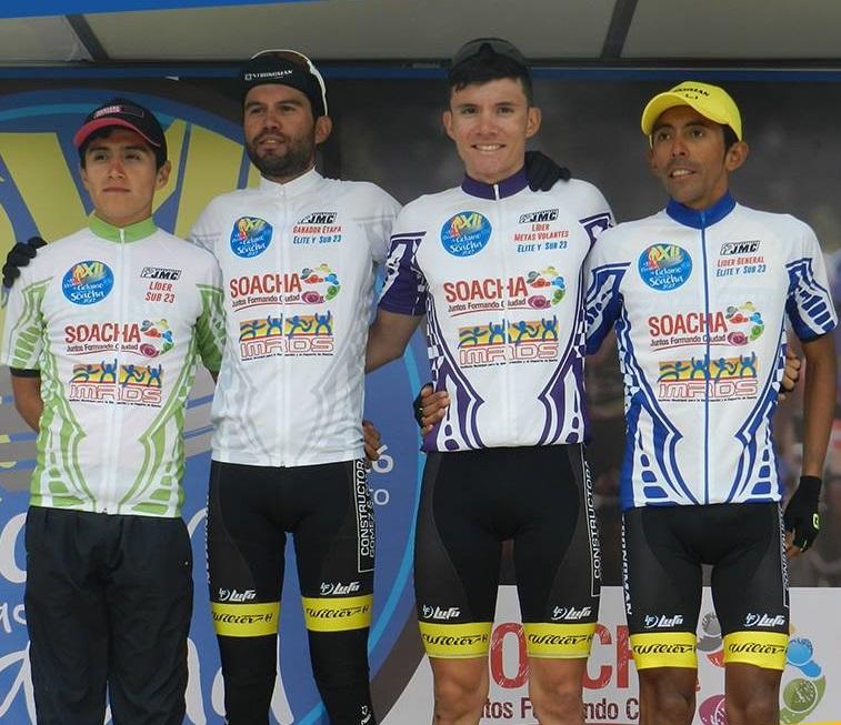 De izq. a der. Jhoan García líder sub-23, Camilo Gómez ganador de la cuarta etapa, Heimarhanz Ariza líder de la metas Volantes y Carlos Becerra, líder de la competencia.