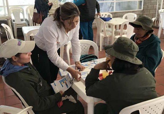 Trabajadores de las flores reciben información sobre el fondo Fescún