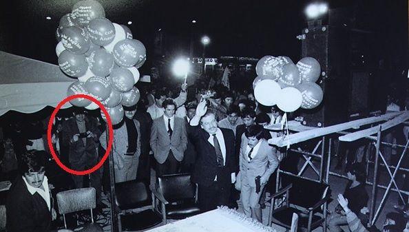 Igual como sucedió con el magnicidio del presidente norteamericano John F. Kennedy, aún siguen apareciendo fotos de los sucesos del 18 de agosto de 1989 cuando fue asesinado Luis Carlos Galán. En esta imagen se ve cuando Galán hace su arribo a la plaza de Soacha, instantes antes de su asesinato, a un costado de Patricio Samper y Germán Vargas Lleras, aparece un fotógrafo ocasional. Por su ubicación, sus fotografías estarían enfocando el lugar donde estaban ubicados los asesinos de Galán.