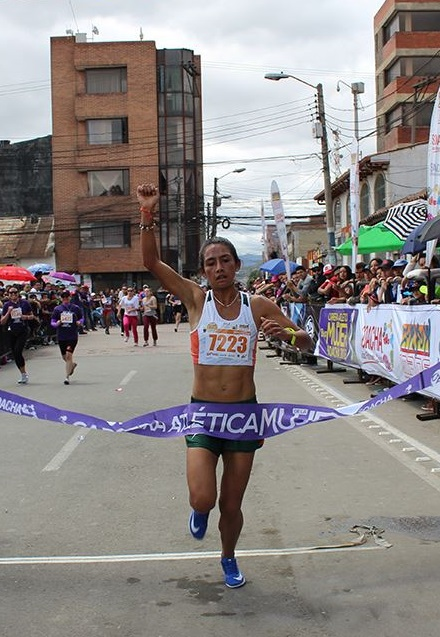 Angie Orjuela cruza victoriosa la meta en la VIII Carrera de la Mujer Soacha 2018