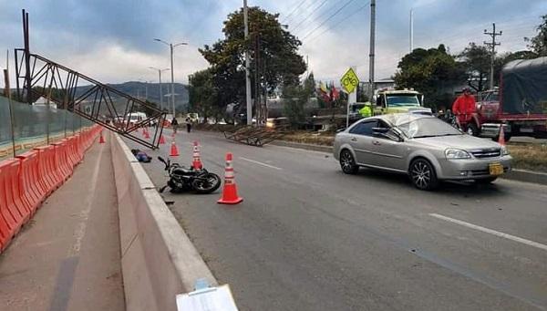 Muere motociclista por el desplome de estructura metálica en la vía Bogotá-Girardot