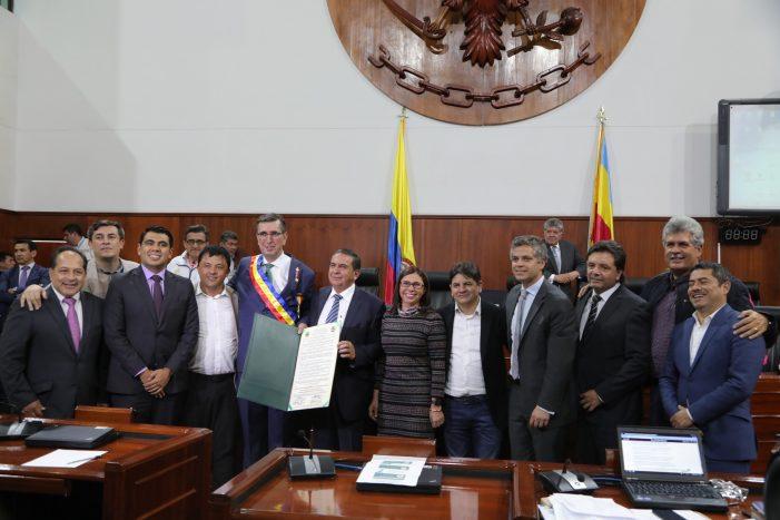 Asamblea de Cundinamarca condecoró a la Corporación Autónoma Regional CAR