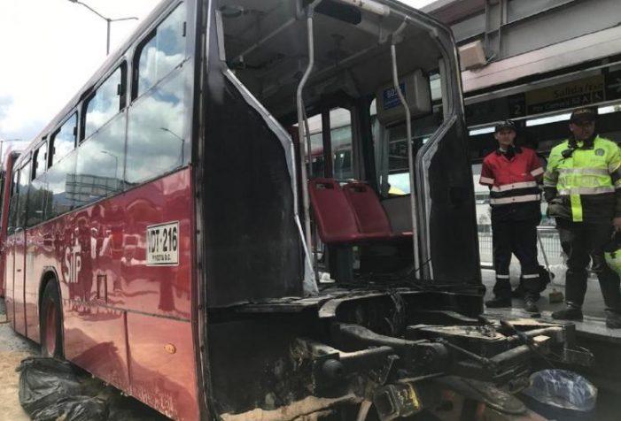 Dos buses de TransMilenio chocan en la estación Alquería