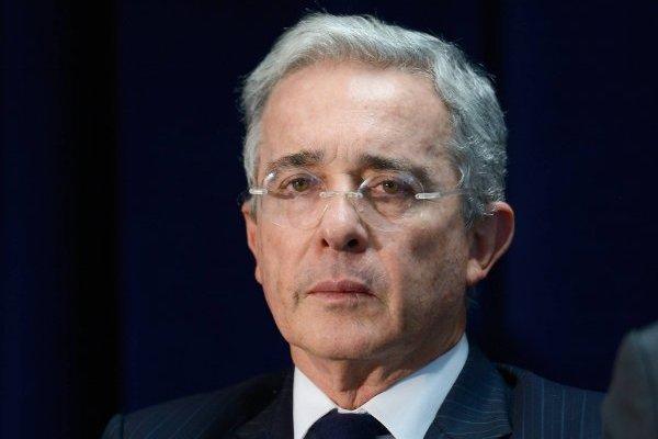 Álvaro Uribe retira propuesta de pago por horas