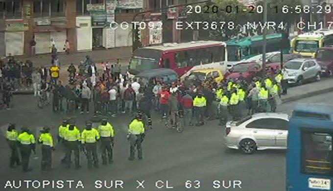 Una hora estuvo bloqueada la Autopista Sur por bloqueo de manifestantes contra Iván Duque