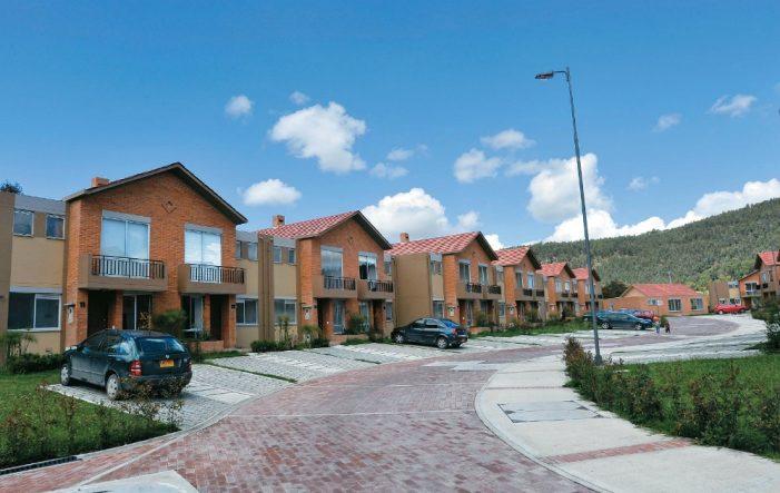 Duque firma decreto de subsidio para compra de vivienda que no es de interés social