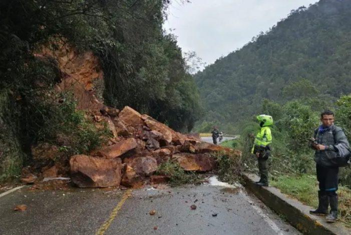 Derrumbe en el Alto de San Miguel tapona la vía Sibaté-Fusagasugá
