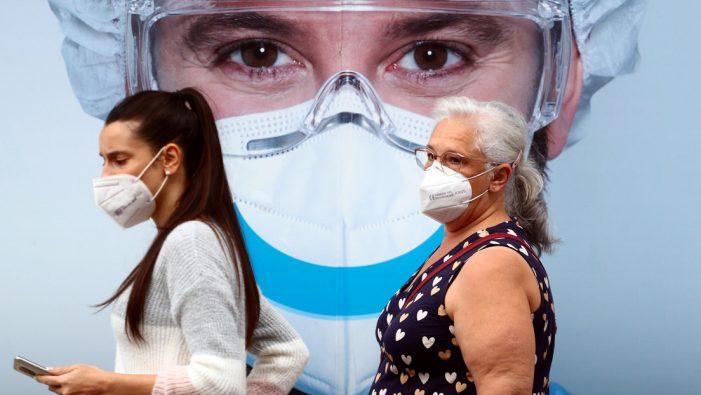 ¿Es necesario seguir usando mascarilla después de vacunarse contra el covid-19?