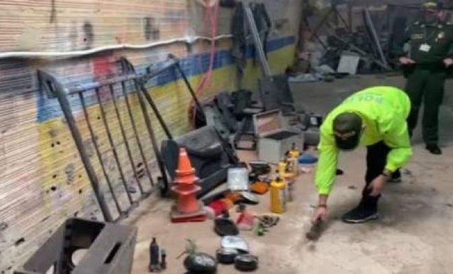 """Policía descubre """"desguazadero"""" de vehículos robados en Soacha"""