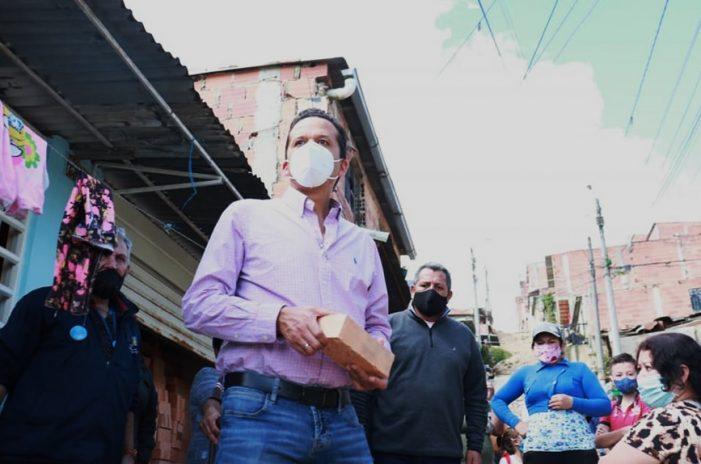 Alcalde Saldarriaga entrega adoquines al barrio Carlos Pizarro de Altos de Cazucá